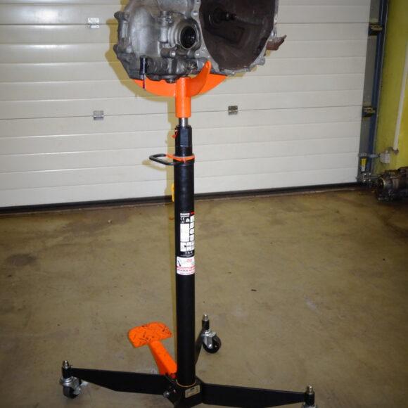 Hidravlično dvigalo za pomoč pri snemanju menjalnikov, diferencialov ter težjih avtomobilskih delov podvozja.